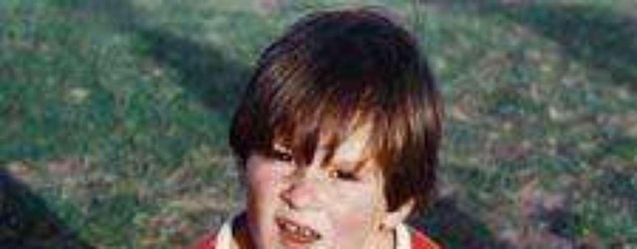 Infancia: Messi nació en Rosario, Argentina, en donde dio sus primeros pasos en el fútbol, jugando para un equipo que dirigía su padre.  Luego jugó para Newell's  Old Boys, equipo tradicional de la ciudad.