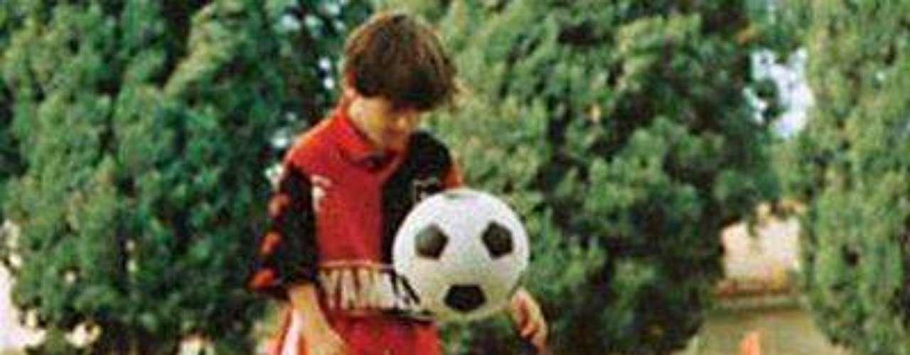Enfermedad: A los 11 años de edad se le detectó una deficiencia en las hormonas de crecimiento. Por esta razón River Plate no lo fichó, pues aunque estaba interesado en el jugador no estaba dispuesto a pagar el tratamiento para la enfermedad.