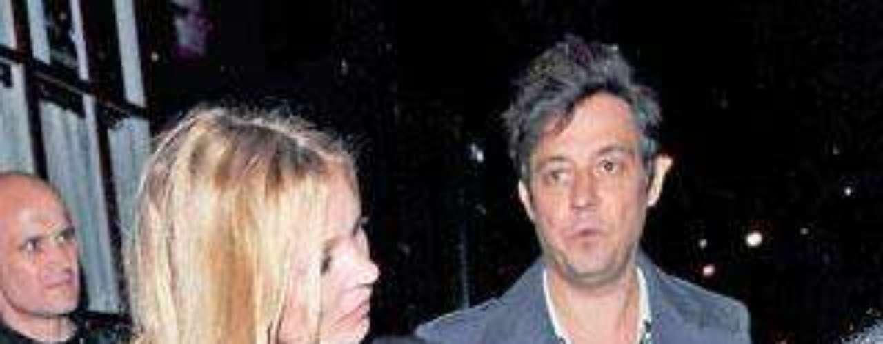 Kate Moss escogióun vestido demasiado transparente, los flashes hicieron el resto
