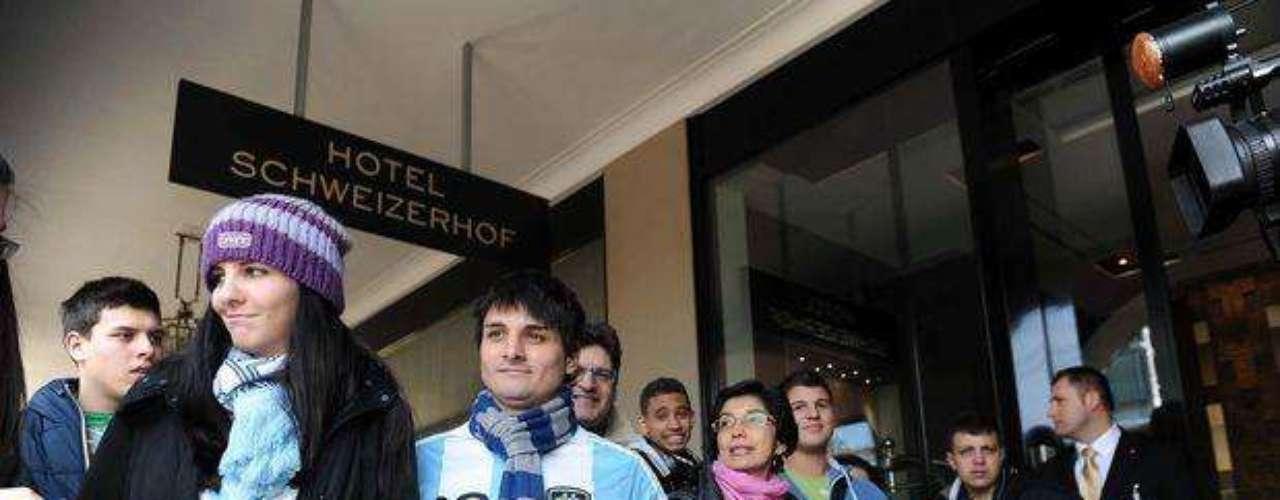 Hinchas de la Selección Argentina esperan frente a la puerta del Hotel Schiwezerhofl la llegada de sus ídolos, el pasado mes de febrero cuando enfrentaron a Suiza