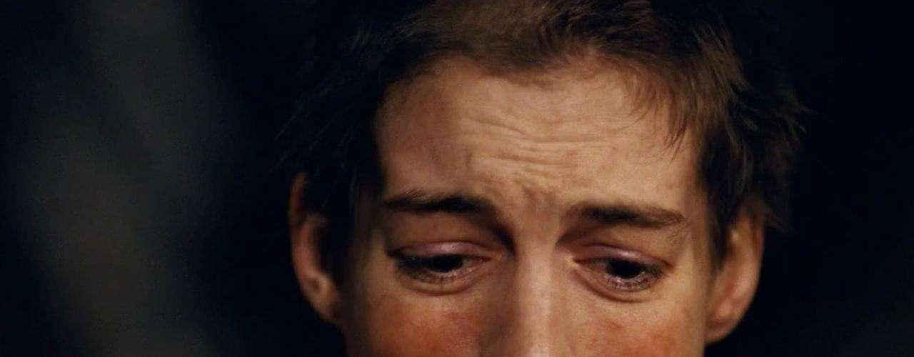 Anne Hathaway protagoniza la nueva película de 'Los Miserables' donde su personaje de 'Fantine' debe renunciar a su larga cabellera.