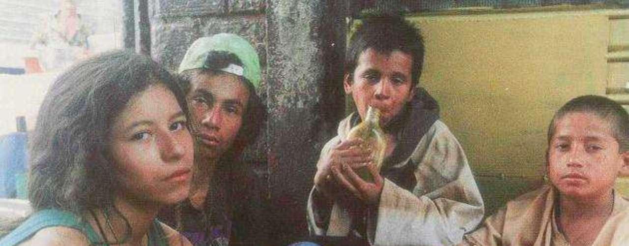 8. La vendedora de rosas. (Victor Gaviria) Año: 1998. La historia cuenta los acontecimientos vividos por Mónica, una niña de 13 años que vende rosas en la ciudad de Medellín un día antes y durante la noche de navidad. Después de la muerte de su abuela, Mónica huye a la calle y se encuentra con un mundo delictivo lleno de drogas, alcohol y prostitución, ganándose la vida como una vendedora de rosas junto con sus amigas. Protagonizada por: Lady Tabares, Marta Correa, Mileider Gil, Diana Murillo, Liliana Giraldo, Giovanni Quiroz. Total de espectadores:  630.000.