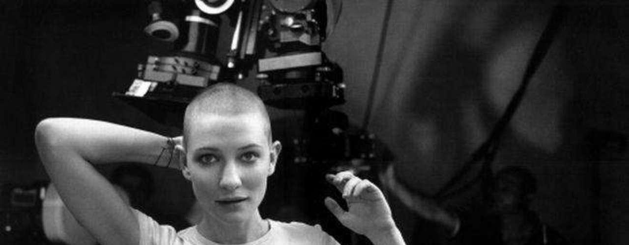 Luego de aparecer con su larga y rubia cabellera en la trilogía del 'Señor de los Anillos', la actriz australiana Cate Blanchett sorprendió tras aparecer sin pelo en la cinta 'En El Cielo' de 2002.