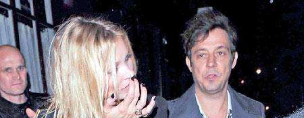 Kate Moss saliendo de un local en Mayfair con Jamie Hince con un vestido demasiado transparente