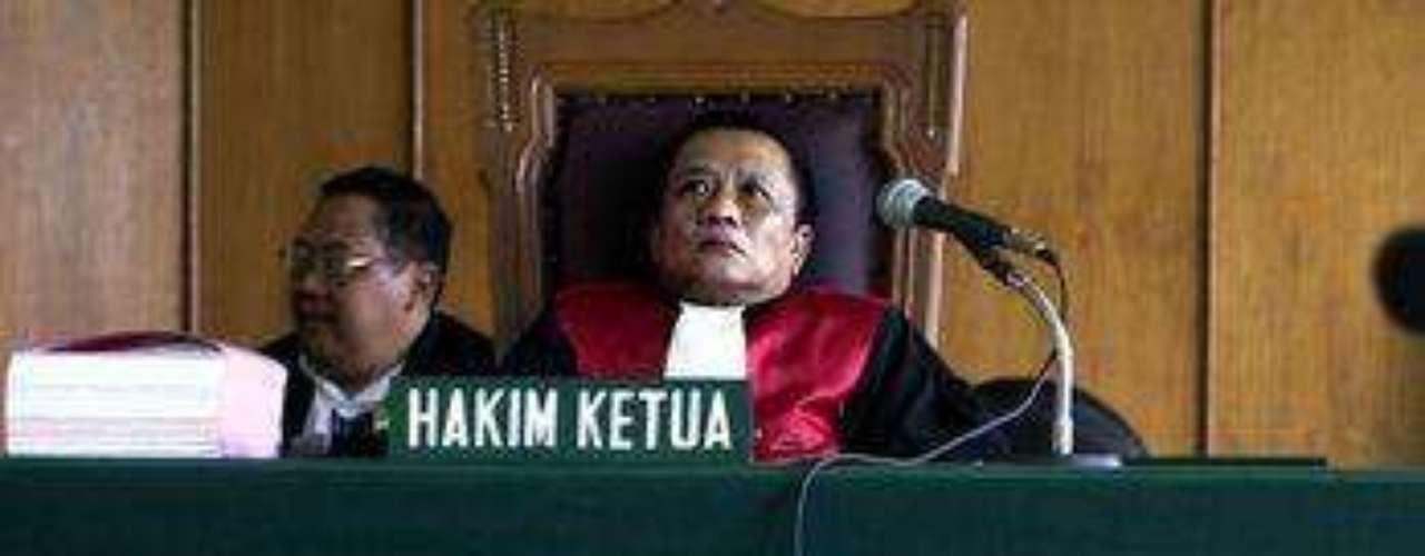 Indonesia ocupa el octavo lugar, con 8 casos. Uno de ellos fue el del banquero Hendra Rahardja, cuya silla dejó vacía en el juicio. Fue declarado culpable porque su bancó prestó, entre 1991 y 1996, millones de dólares a seis empresas. Los prestamos nunca fueron pagados, por lo que provocó 264 millones de dólares en pérdidas al Banco Central de Indonesia. De uno de los préstamos, se descubrió que 26 millones habían sido girados a Australia... por él mismo.