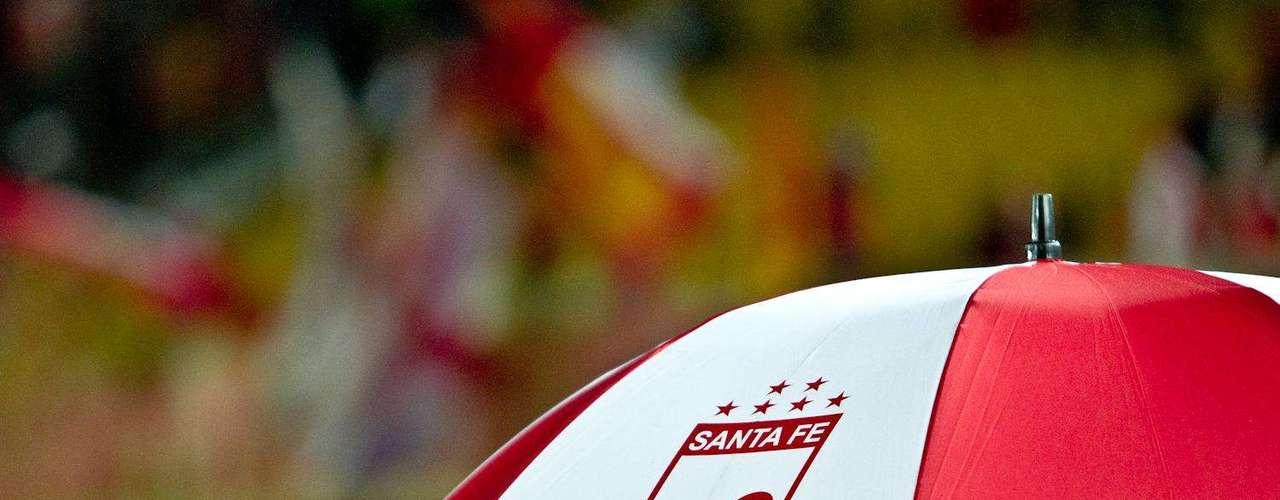 El color de Santa Fe siempre presente en la afición y porristas del equipo bogotano.