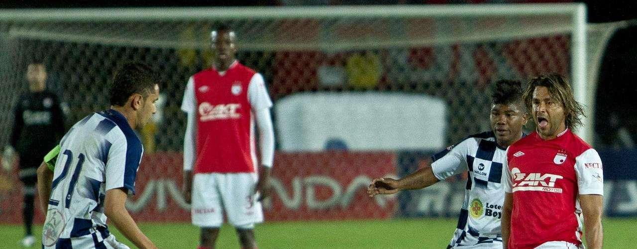 Gerardo Bedoya (d) intentó en tiro libre marcar para Independiente Snta Fe.