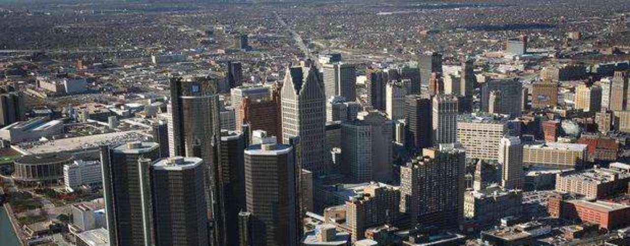 La segunda ciudad más violenta de la nación, también está en Michigan y se trata de Detroit, que vive una actualidad muy similar a la de Flint. De pasado industrial, ahora tiene 19,9% de desocupación (más del 30% de su población es pobre), el ingreso medio es de 25.787 dólares. Con más de 700 mil habitantes, hay 21,4 crímenes violentos cada 1.000.