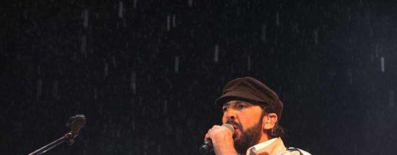 Debido al fuerte aguacero, el show paró momentáneamente, pero los miles de asistentes que llenaron el sitio permanecieron bajo la lluvia, para que Guerra y sus músicos volvieran a la tarima.