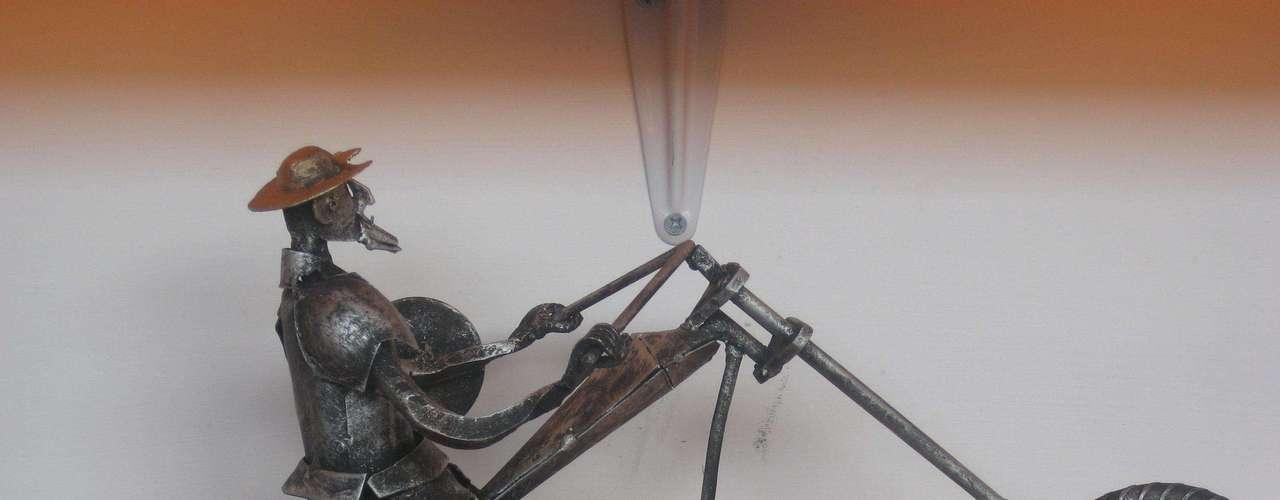 El personaje pintoresco de Don Quijote de la Mancha es modernizado por Javier, quien le agrega una moto choper.