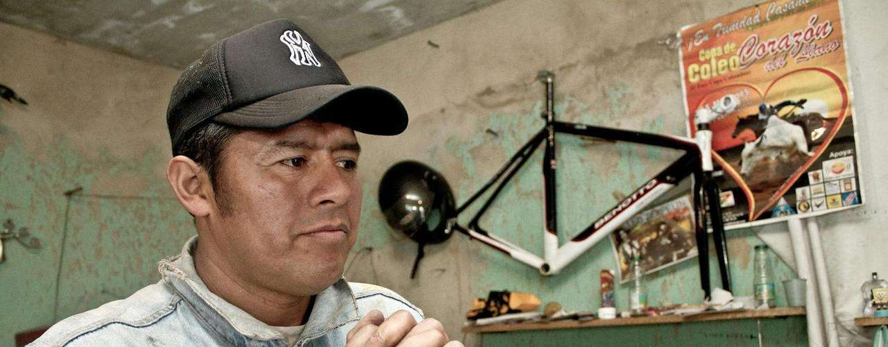 En el barrio Diana Turbay en el sur de Bogotá, Javier tiene su taller de escultura y es reconocido por sus vecinos como un ejemplo de superación.