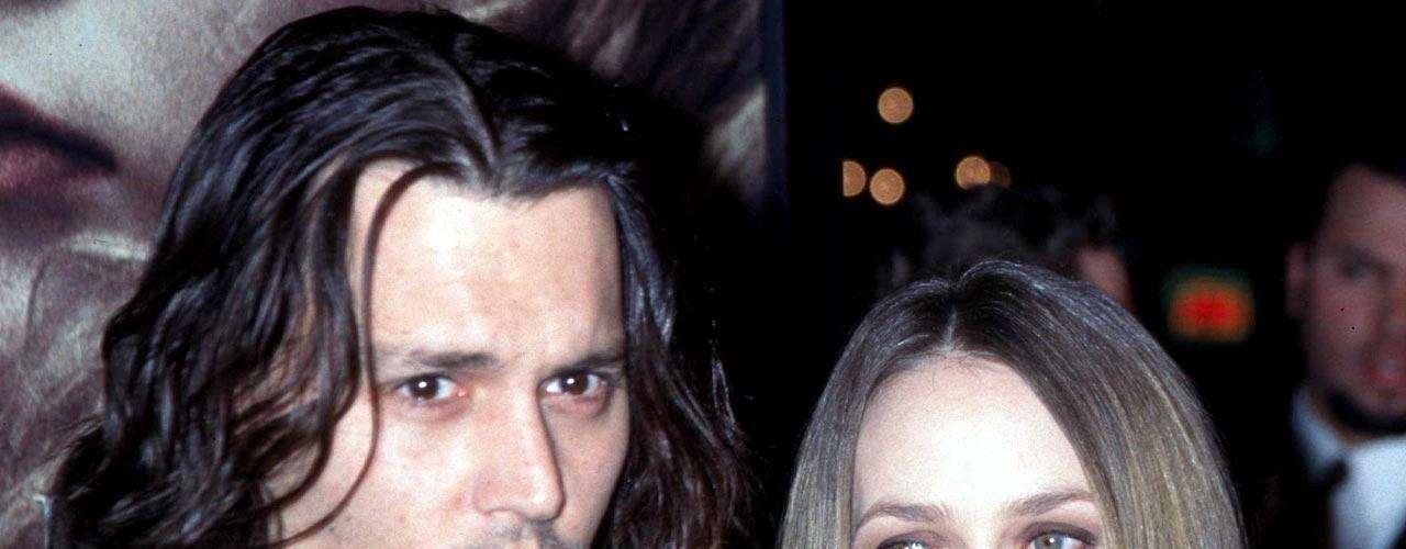Tras 14 años juntos, los rumores sobre la separación de Johnny Depp y Vanessa Paradis se ven confirmados. Los problemas fueron muchos y dan por concluida su relación de manera amistosa. El actor y la cantante han pedido respeto. Conoce un poco de la historia de amor entre Johnny y Vanessa.