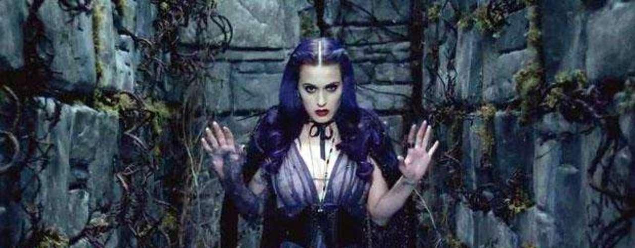 Katy Perry luce como una sexy vampira, en el videoclip del tema \