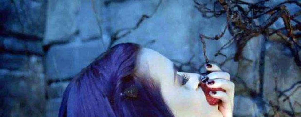 Durante la historia, la cantante come de una suculenta fresa, que representa el fruto prohibido.