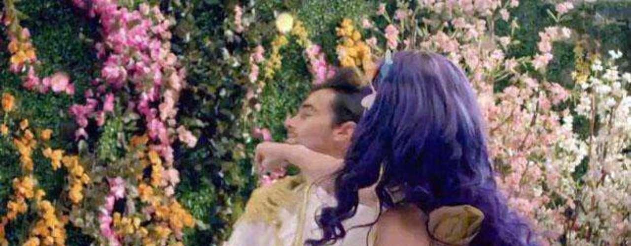 Al final de la historia, Katy Perry conoce a un apuesto príncipe, pero en vez de besarlo, le da tremendo golpe en la cara, dando a entender que ella no necesita a un hombre a su lado para ser feliz.