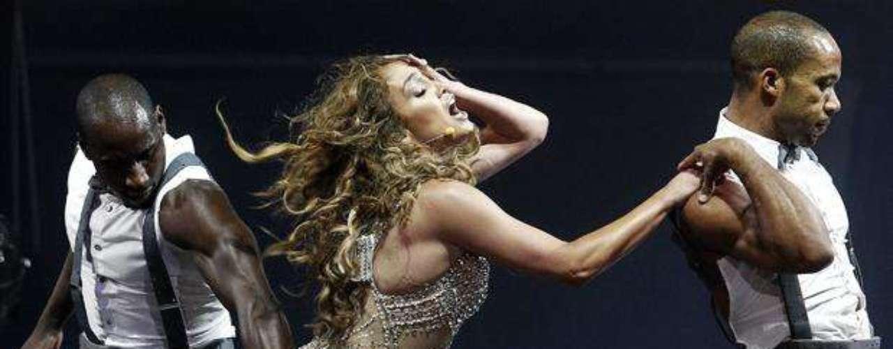 Jennifer López se dejó acariciar sus glúteos, durante el concierto que realizó en la Movistar Arena de Santiago de Chile. La cantante, muy erótica, presentó su espectáculo \