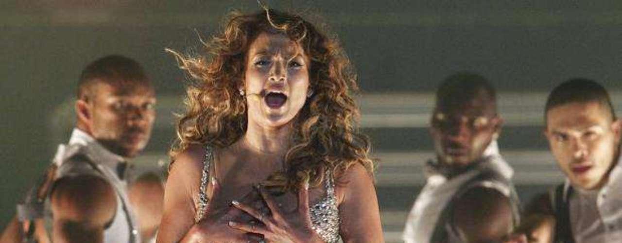 Los movimientos sugerentes no faltaron en el performance de la artista.