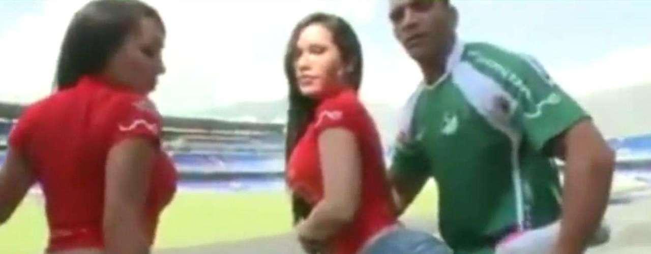 Después el entrenador hace estiramientos con las mujeres, a las cuales 'ayuda' con sus brazos.