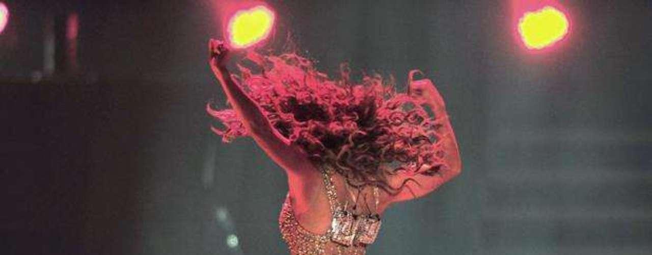 Las pompas de J. Lo resaltaron en la tarima, al tiempo que sus bailarines se rindieron a los pies de la estrella.