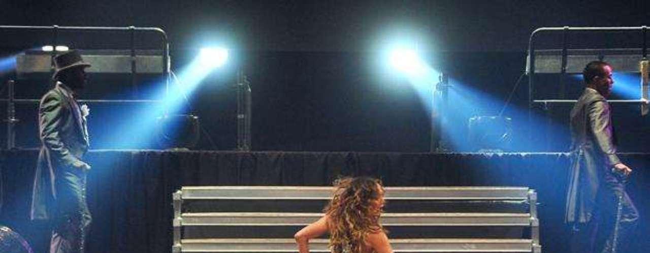 Sosteniendo un bastón y rodeada por un ejército de bailarines, J.Lo, abrió la presentación con toques de cabaret y las sonados notas de \