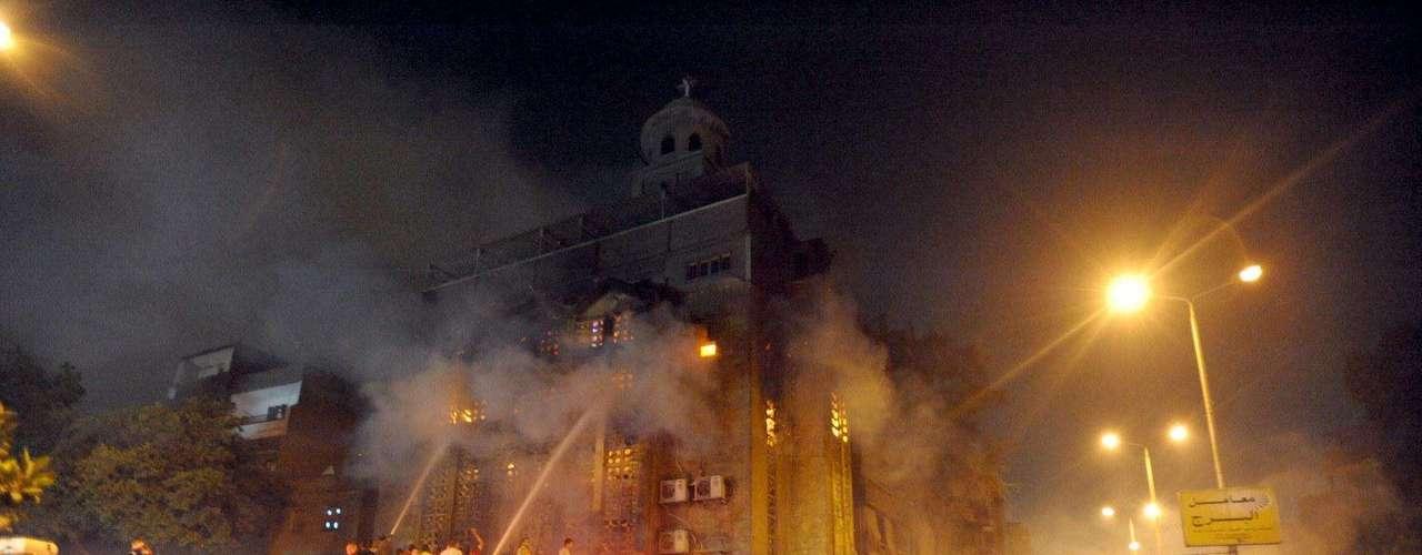 4 de mayo de 2012 -  Un soldado muere y otras 296 personas resultan heridas en nuevos disturbios entre manifestantes y militares.