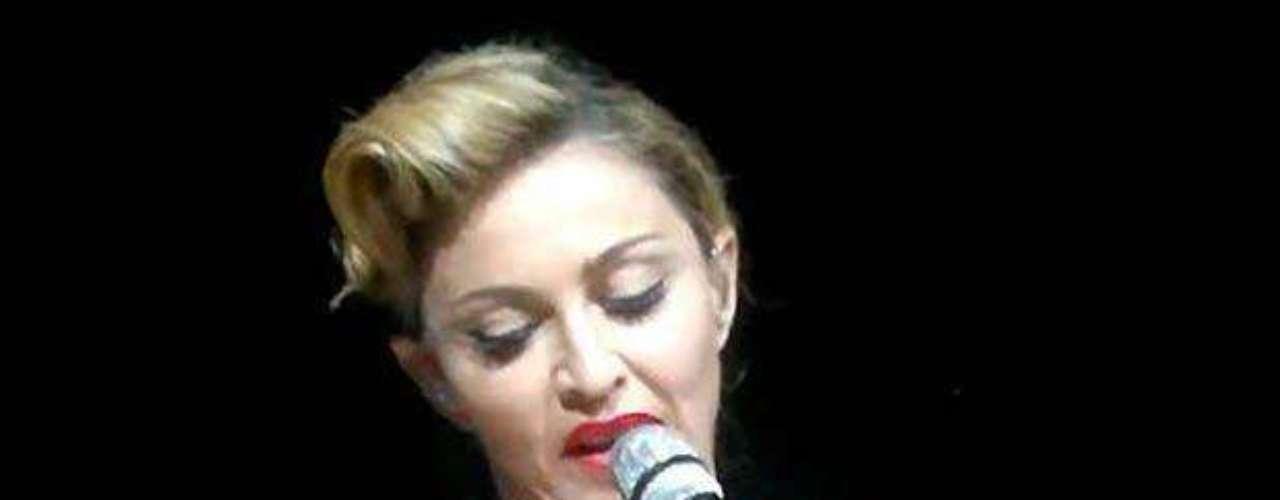 Madonna, ante más de 55 mil espectadores, en un show que ofreció Estambul, sin pudor alguno, enseñó uno de sus senos.