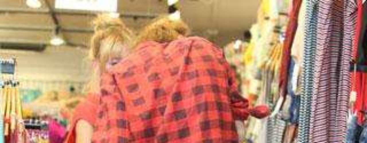 Miley Cyrus disfrutó de un día de compras con una amiga con un pantalón demasiado corto