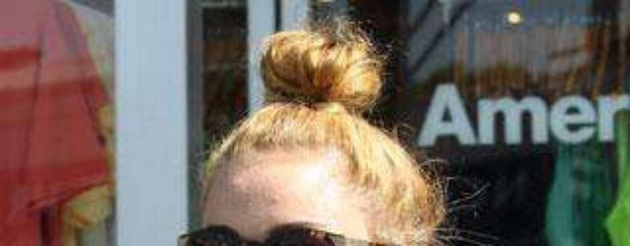 Miley Cyrus salió de compras con sus amigas con un mini short y esta camiseta sin ujetador, ¡qué exhibición!