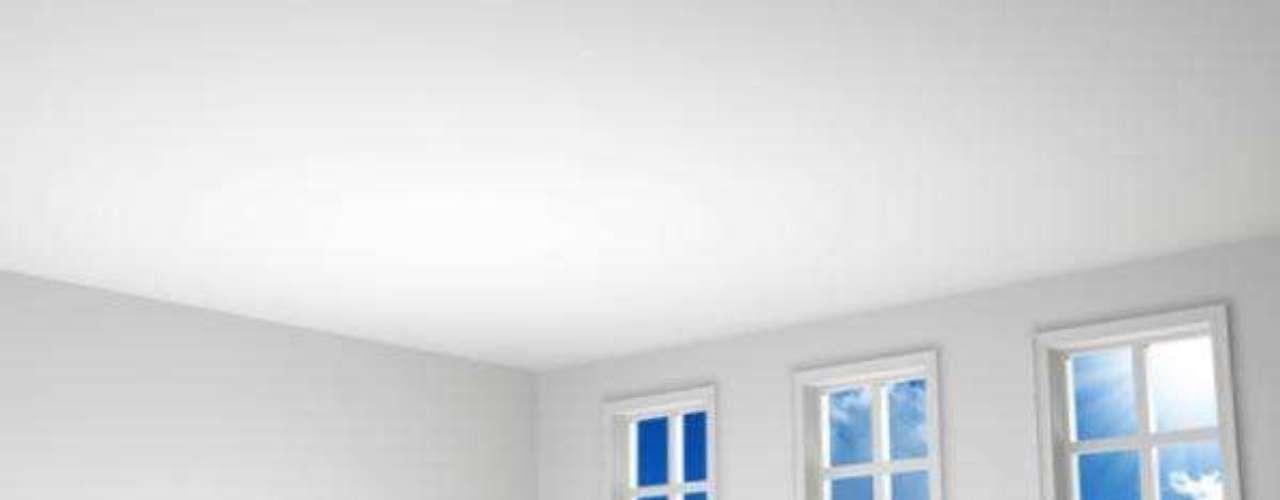 Diseña y planifica antes de actuar:Inicialmente, echa un vistazo al espacio de interés para decorar y haz una lista de ventajas y desventajas. ¿Tiene ventanas pequeñas? ¿los techos muy altos o bajos? ¿Los ambientes son rectangulares o cuadrados? El objetivo es reflexionar y encontrarle soluciones sin perder tiempo ni dinero en distracciones superficiales (por ejemplo, retapizar un sillón)