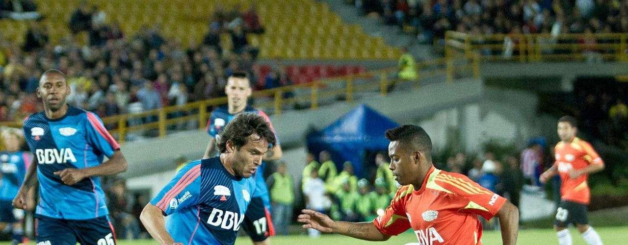 Robinho demostró la química que tiene con el balón, fue el jugador que más divirtió al público
