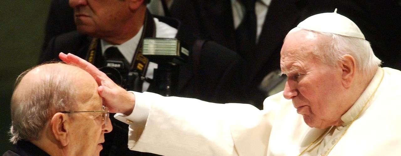 El padre MARCIAL MACIEL fue un sacerdote mexicano, fundador de la asociación seglar Regnum Christi y de la congregación católica Legión de Cristo, que murió en enero del 2008. Maciel enfrentó acusaciones de cometer abusos sexuales contra miembros de la congregación. El escándalo lo persiguió despúes de fallecer luego de que en 2009 saltó a la luz la noticia de que era padre de una joven española. Además el 3 de marzo del 2010, una mujer de nombre Blanca Estela Lara Gutiérrez reveló en un programa radial de México que dos de sus hijos eran producto de una relación con el controversial cura.