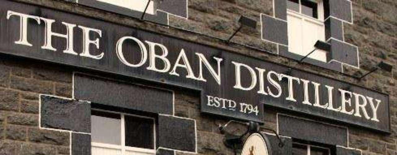 Oban es  una de las pocas destilerías que se construyó antes que la ciudad circundante.