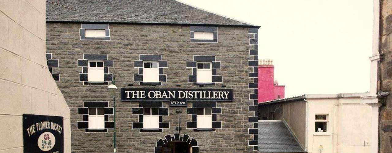 Una de las destilerías que no se debe dejar de visitar si va a Escocia es Oban, ubicada precisamente al oeste del puerto con su mismo nombre.