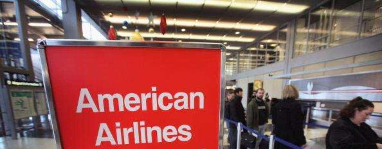 American Airlines es una de las empresas que desaparecerá. A la línea aérea más conocida de EE.UU., que logró esquivar la bancarrota cuando otras aerolíneas desaparecían, parece que le llegó su hora. Northwest se unió a Delta y Continental con United, por lo que American dejó de ser un gigante para convertirse en mediana y a tener pérdidas por todos lados.