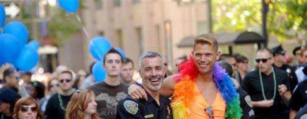 Lenny Broberg, un inspector del departamento de policía de San Francisco, abraza a su novio Eric Kissinger mientras marchaban en el 42º desfile de la comunidad gay de San Francisco.