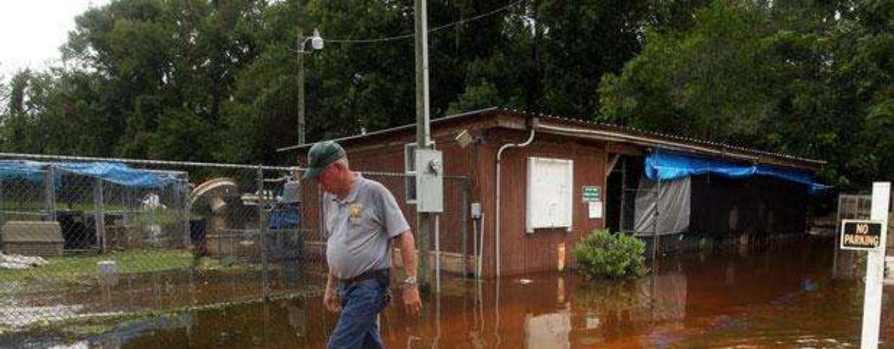 Se calcula que unas 35.000 viviendas y negocios se quedaron sin electricidad. Como se informó el lunes, en el centro de Florida una mujer murió cuando su vivienda fue destrozada por lo que se cree que fue un tornado.