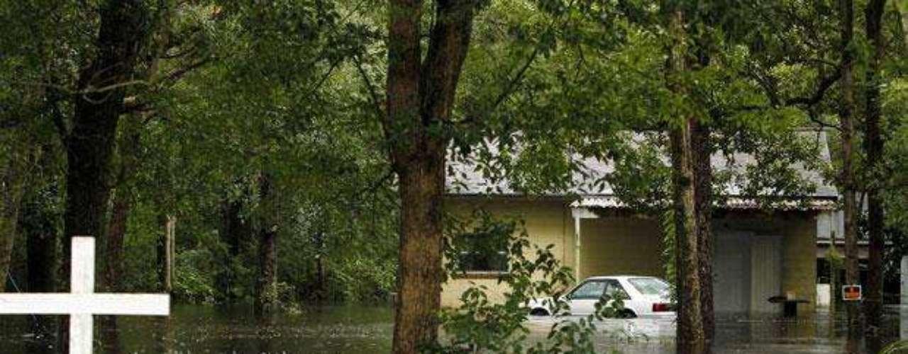 Antes de caer la noche del lunes, Debby había provocado una acumulación de más de un pie de lluvia en algunas parte durante 96 horas.