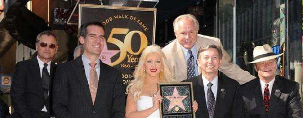 Estrella incumplida. La cantante Christina Aguilera es la artista que más ha pospuesto la ceremonia de entrega. Para el 2007 estaba previsto que Christina recibiera el reconocimiento  pero la entrega  se realizó solo hasta noviembre de 2010. Claro que también posee un peculiar registro, ya que la ceremonia de entrega de su estrella  pasó a la historia como la más rápida en  agotar los boletos para la prensa en tan solo 20 minutos.