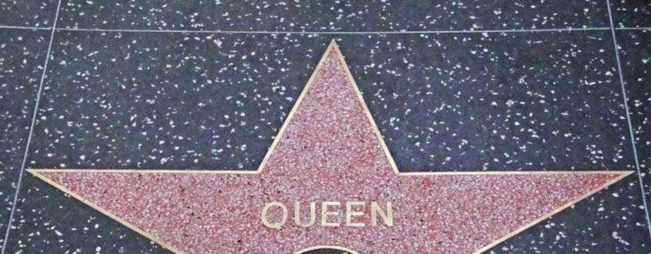 Estrella a presión. Durante varios años los fans del grupo Queen realizaron una campaña para que el grupo británico tuviera un lugar en el Paseo de la Fama. Luego de recibir más de 300 cartas al año, los directores de la Cámara de Comercio de Hollywood  decidieron otorgar la estrella. Brian May y Roger Taylor, dos de los miembros de Queen, descubrieron la estrella del grupo  en representación de  sus compañeros John Deacon y Freddie Mercury.