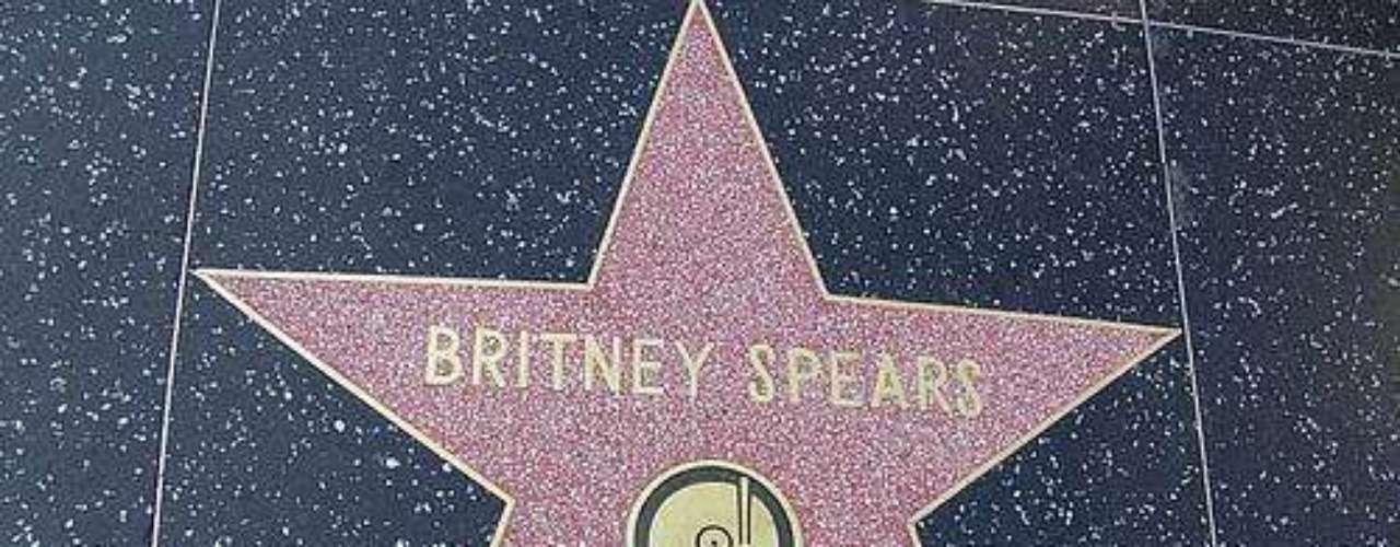 Estrella Joven. 'La princesa del pop'  tiene el record de ser la cantante más joven en tener una estrella  en el Paseo de la Fama, tras conseguirla en el 2005, a los 21 años. Spears recibió la estrella número 2,242.