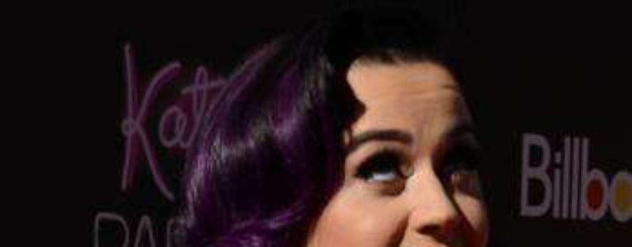 La cantante californiana impactó en su llegada a la premiere.
