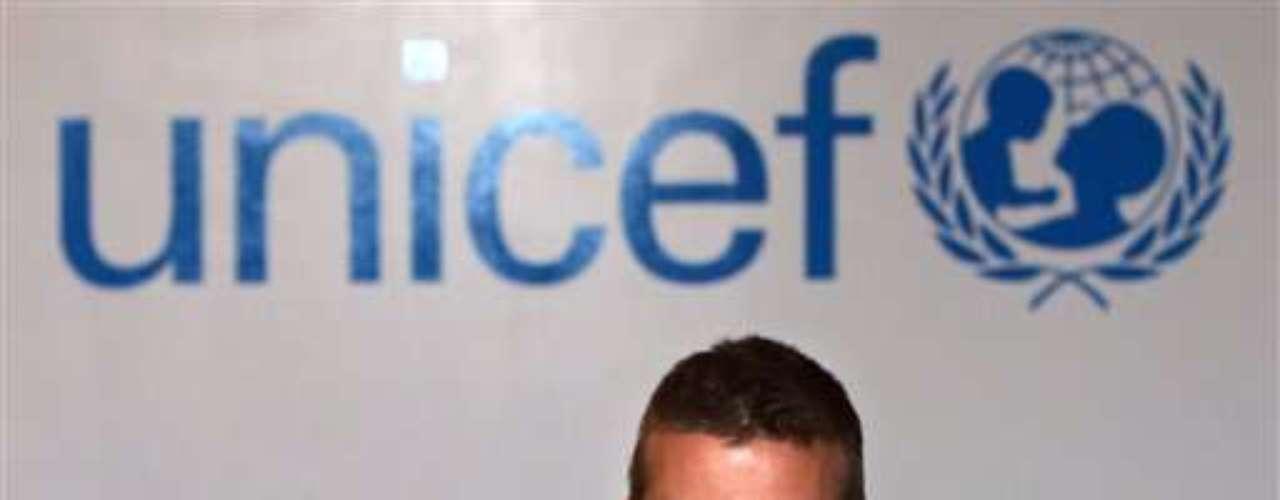 David Beckham aprovecha su imagen a nivel mundial para ayudar a los menos favorecidos. En esta imagen, al ser imagen de Unicef en 2005 fue a Dinamarca para estar al tanto que los damnificados por el tsunami y terremoto en Asia recibieran la ayuda necesaria.