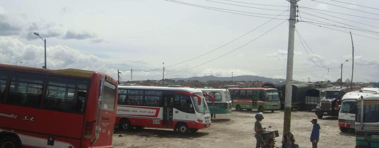 Su ruta inicia en el paradero de Engativá y termina al otro extremo de la ciudad, en el barrio Olarte, en la localidad de Bosa.