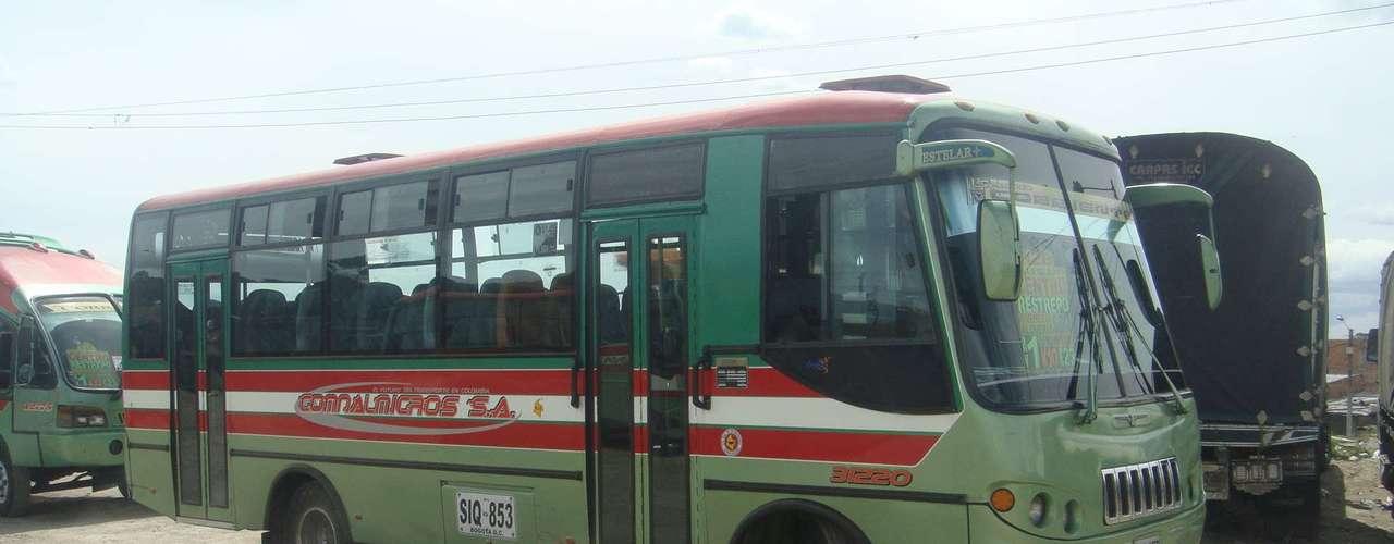 Su bus tiene capacidad para unos 70 pasajeros, un exceso para la magnitud del vehículo, pero debe hacerlo así para que la jornada laboral valga la pena. De lo contrario, son pérdidas para él.