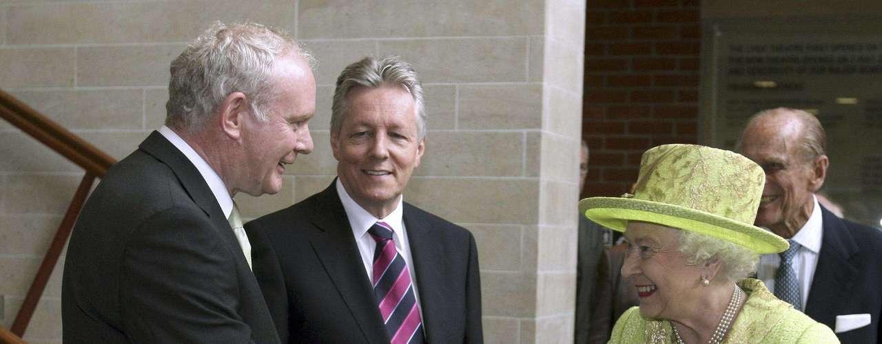 En un acto histórico, la reina Isabel II de Inglaterra y el viceprimer ministro norirlandés y excomandante del inactivo IRA, el republicano Martin McGuinness, se han dado la mano durante una reunión celebrada en Belfast. Este encuentro fue a puerta cerrada en un teatro de la capital norirlandesa, pero fue captado por una cámara de televisión y las imágenes difundidas después por las cadenas británicas. Este gesto certifica el éxito del proceso de paz y sella la reconciliación entre dos antiguos enemigos, representados por la soberana y el exdirigente paramilitar, símbolos del vínculo de la provincia con el Reino Unido y de la oposición a la presencia británica en Irlanda del Norte, respectivamente.