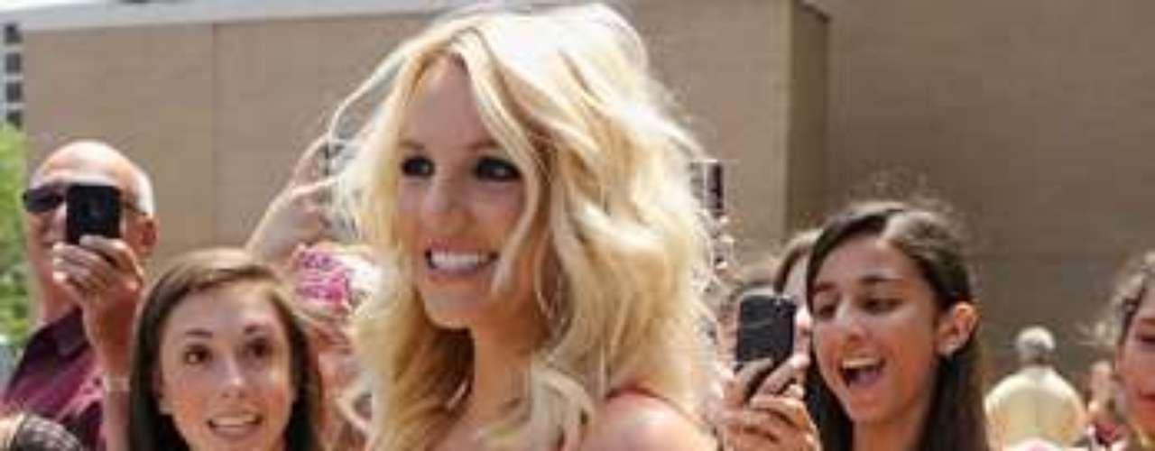 La bella estrella posó contenta para sus seguidores, quienes no dejaron de gritar por ella.