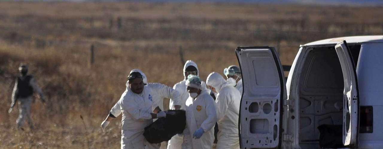 En relación al anterior suceso, las autoridades recordaron que junio del 2010 se localizó también en el mismo municipio otra fosa donde fueron enterrados 51 cadáveres, la mayoría de personas pudieron estar relacionadas con grupos de la delincuencia organizada.