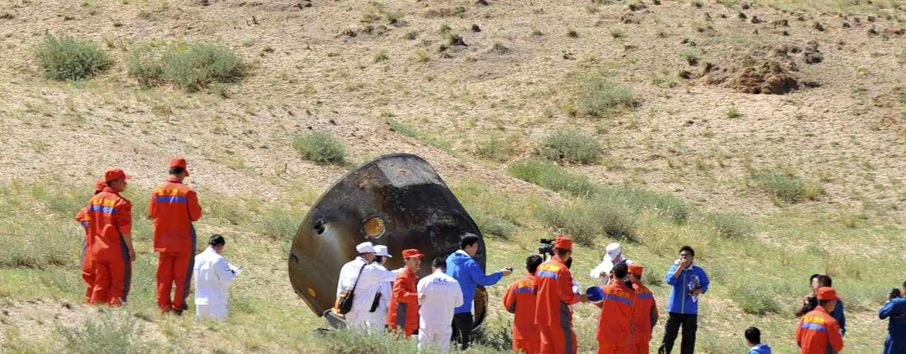 La nave tocó tierra sobre las 10.00 hora local (02.00 GMT) en una zona de aterrizaje ubicada en el condado de Siziwang, al norte de la región autónoma de Mongolia interior (norte de China), donde aterrizaron anteriormente las ocho series previas de naves \