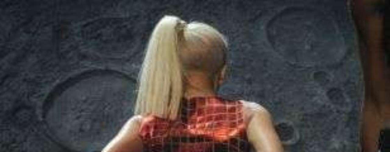 Lady Gaga, en la gala de los MTV Europe Music Awards 2011, dejó al público sorprendido al subir al escenario montada sobre una Luna y dejar al descubierto su parte trasera.