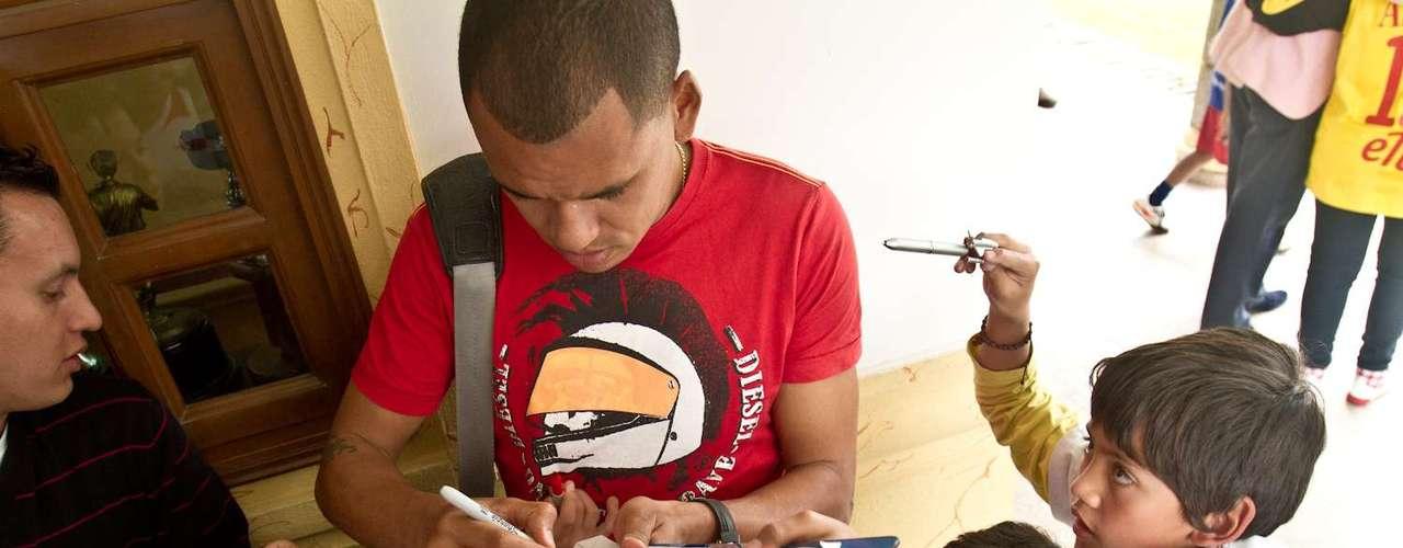 Sergio Otálvaro atiende los medios de comunicación y firma autógrafos luego de la práctica.